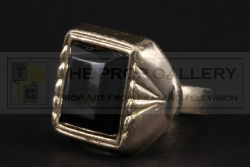 Nigel Powers (Michael Caine) pinky ring