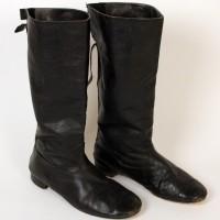 Olag Gan (David Jackson) boots