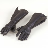 Batman (George Clooney) gloves