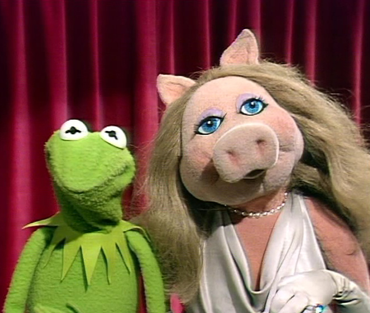 Miss Piggy with the portrait on screen
